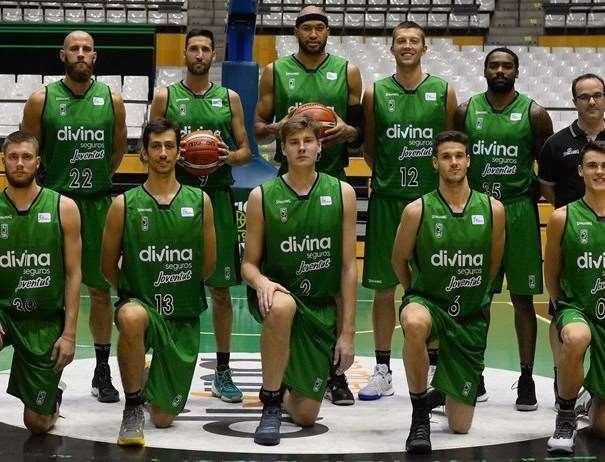 En esta foto, tomada de la web oficial de la FIBA Basketball Champions League, podemos ver a parte de la Plantilla del Juventut junto a su entrenador Diego Ocampo, Sergi Vidal, Jerome Jordan y Simon Birgander entre ellos