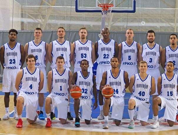 En esta foto, tomada de la web oficial de la FIBA Basketball Champions League, podemos ver a parte de la Plantilla del Kataja Basket, Wesley Saunders, Damier Pitts y Alexander Marzette entre ellos, su Tripleta Exterior estadounidense