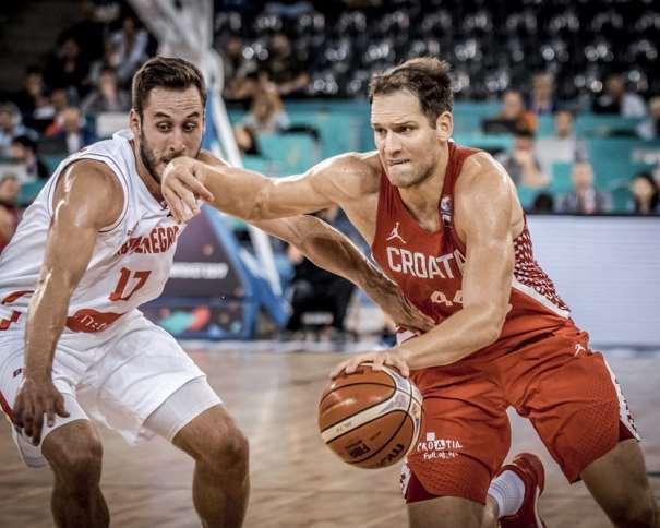 En esta foto, facilitada por FIBA, Federación Internacional de Baloncesto, podemos ver al MVP y Máximo Anotador de la Selección de la República de Croacia, Bóian Bogdánovitch, en un momento de su Tercer Partido en el EuroBásket 2017, superando a un jugador montenegrino, su defensor