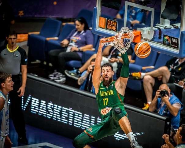 En esta foto, facilitada por FIBA, Federación Internacional de Baloncesto, podemos ver al MVP de la Fase de Grupos del EuroBásket 2017, Iónas Valanchiuunas, en el momento de hacer un mate, a 2 manos, sin que ningún jugador de la República de Ucrania pueda hacer Nada para evitarlo