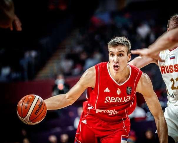 En esta foto, facilitada por FIBA, Federación Internacional de Baloncesto, podemos ver al MVP del Segundo de los Partidos de Semifinales del EuroBasket 2017, al Exterior Bógdan Bogdánovitch, en el momento de irse, con bote, con su mano derecha, de su defensor