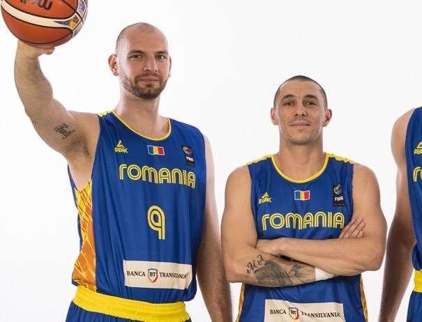 En esta foto, facilitada por FIBA, Federación Internacional de Baloncesto, podemos ver, de izquierda a derecha, a Vlad Moldoveanu y a Rareş Andrei Mandache, los 2 MVPs de la Selección de la República Semipresidencialista de Rumanía en lo que va de EuroBásket 2017, posando para la foto, con un balón en la mano derecha del primero de los 2