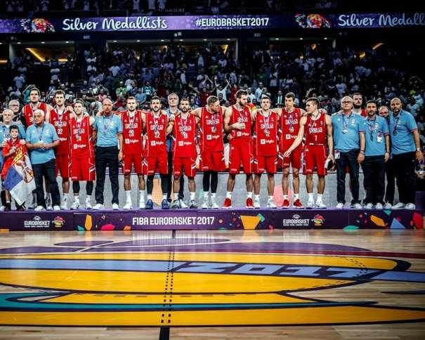 En esta foto, facilitada por FIBA, Federación Internacional de Baloncesto, podemos ver a los Medallistas de Plata, a la Selección de la República de Serbia