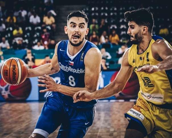 En esta foto, facilitada por FIBA, Federación Internacional de Baloncesto, podemos ver al MVP de la Jornada, Tomaash Satoranskii, Base de la República Checa, tratando de superar a un defensor de Rumanía