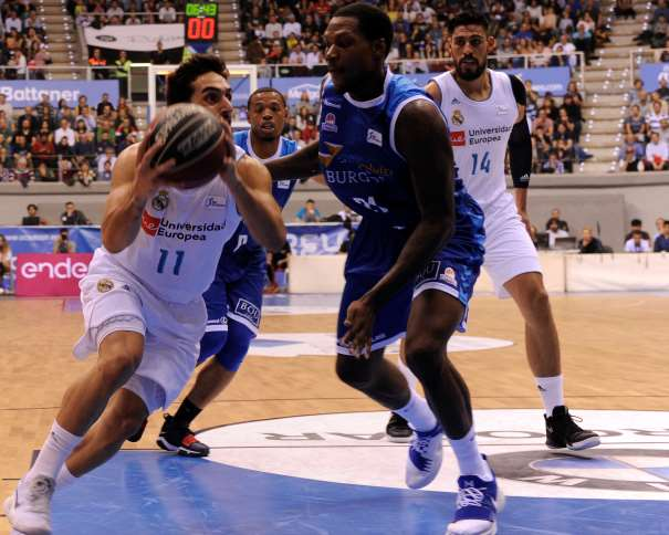 En esta foto, facilitada por la LIga ACB, por la Asociación de Clubes de Baloncesto, podemos ver al base argentino del Madrid Facundo Campazzo penetrando a canasta, tratando de superara a los jugadores rivales