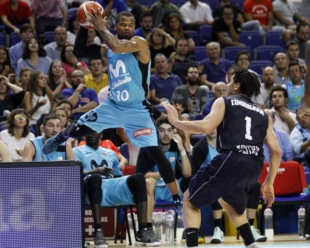 En esta foto, facilitada por la FIBA Basketball Champions League, podemos ver a Omar Cook en pleno vuelo, con el balón entre sus 2 manos