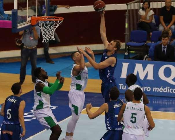 En esta foto, facilitada por la ACB, podemos ver a Henk Norel elevándose por encima de los defensores del Sevilla, sin que éstos puedan hacer nada por detenerle