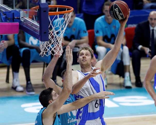 En esta foto, facilitada por la ACB, podemos ver a Henk Norel elevándose por encima de los defensores del Estudiantes, sin que éstos puedan hacer nada por detenerle