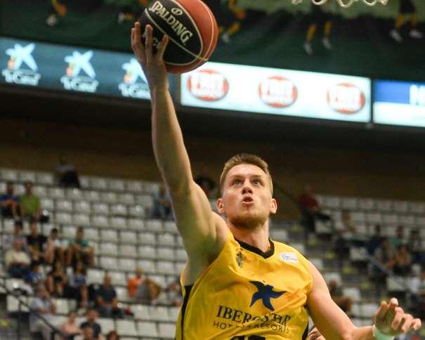 En esta foto, facilitada por la ACB, podemos ver a Mateusz Ponitka, jugador del Tenerife, en una entrada a canasta, con su mano derecha