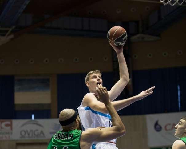 En esta foto, facilitada por la ACB, podemos ver a Artem Pustovyi Superando a Jerome Jordan, a punto de conseguir anotar una canasta con su mano izquierda