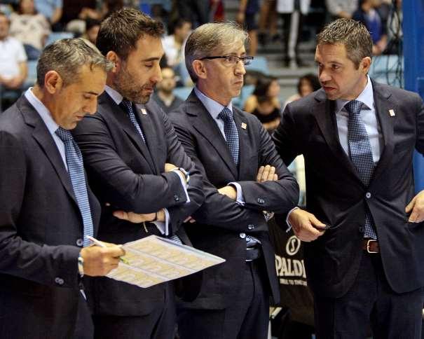 En esta foto, facilitada por la ACB, podemos ver a Moncho Fernández, Entrenador del Obradoiro, junto a sus 3 Entrenadores Ayudantes, momentos Antes del Inicio del Partido