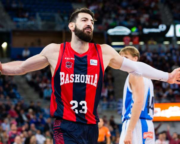 En esta foto, facilitada por la ACB, por la Liga de Baloncesto, podemos ver a Tornike Shengelia, del Baskonia, tras una acción del Partido de la Quinta Jornada, su Segunda Victoria