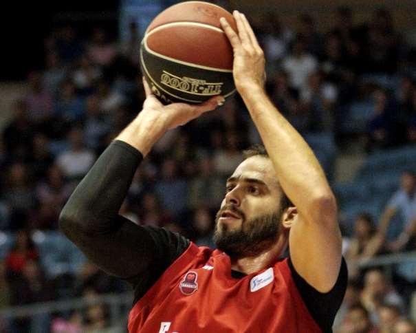 En esta foto, facilitada por la ACB, podemos ver a Nikola Dragovitch, Ala-Pívot serbio del Zaragoza, ejecutando un lanzamiento con su mano derecha durante el calentamiento pre-partido