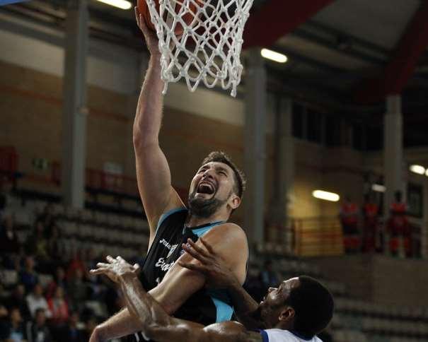 En esta foto, facilitada por la FIBA, Federación Internacional de Baloncesto, podemos ver a Goran Suton, MVP del Partido, MVP del Estudiantes, a puntito de anotar, con la oposición de un defensor
