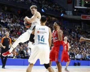 En esta foto, facilitada por la Euroliga de Baloncesto, podemos ver al jugador esloveno del Madrid, Lúka Dónchitch, cogiendo un rebote por encima de Gustavo Ayón y de Kyle Hines, del TsSKA de Moscú