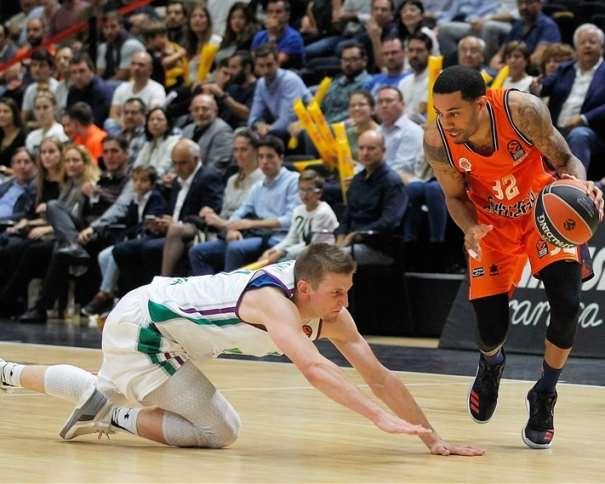 En esta foto, facilitada por la Euroliga de Balocesto, podemos ver cómo el Escolta estadounidense del València, Erick Green, deja por los suelos a su defensor, al impotente jugador del Málaga