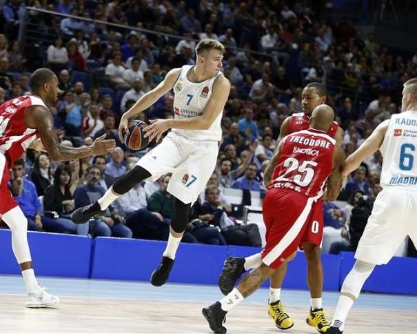 En esta foto, facilitada por la Euroliga de Baloncesto, podemos ver a Lúka Dónchitch volando con el balón entre las manos, mientra busca, con la mirada, a quién pasarlo y algún que otro jugador rival intenta arrebatárselo