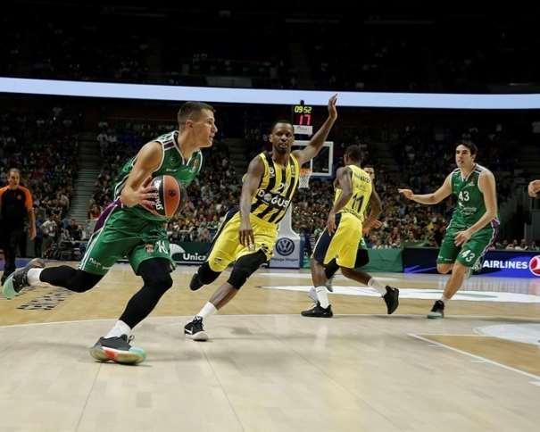 En esta foto, facilitada por la Euroliga de Baloncesto, podemos ver al base-escolta serbio del Málaga Némaña Nédovitch superando a su defensor, con bote, con mano derecha, penetrando hacia canasta