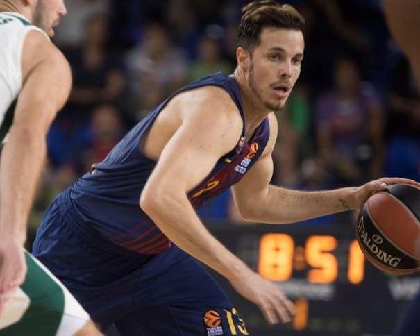 En esta foto, facilitada por la Euroliga de Baloncesto, podemos ver al base francés del Barcelona Thomas Heurtel protegiendo el balón, con bote con su mano izquierda