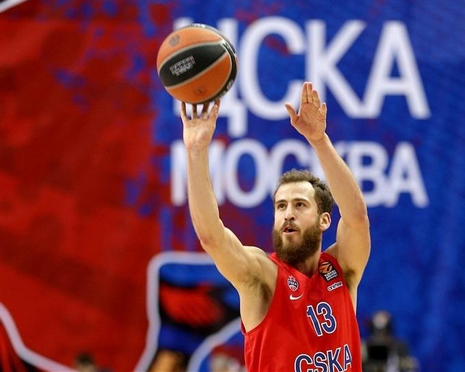 En esta foto, facilitada por la Euroliga de Baloncesto, podemos ver a Sergio Rodríguez ejecutando un lanzamiento a canasta con su mano derecha