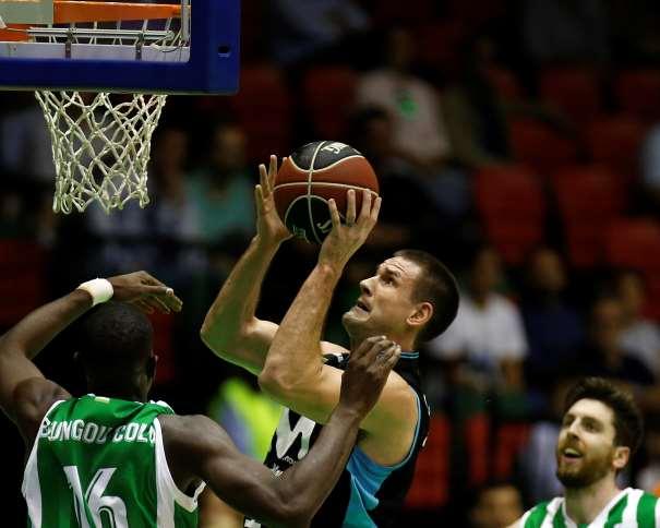 En esta foto, facilitada por la Liga ACB, por la Asociación de Clubes de Baloncesto, podemos ver al Jugador del Estudiantes, Nik Caner-Medley,, en una acción de juego debajo de la canasta, a puntito de anotar, rodeado por 2 defensores del Sevilla