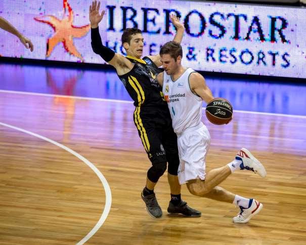 En esta foto, facilitada por la Liga ACB, por la Asociación de Clubes de Baloncesto, podemos ver a Fabien Causeur tratando de irse, con bote, con mano izquierda, de su defensor