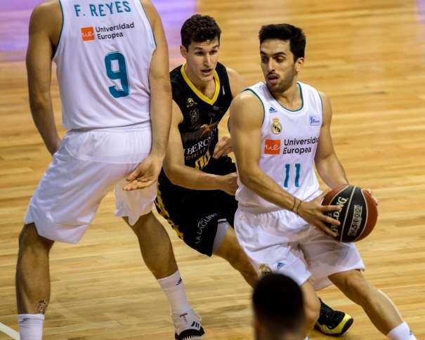 En esta foto, facilitada por la Liga ACB, por la Asociación de Clubes de Baloncesto, podemos ver a Facundo Campazzo y a Felipe Reyes en una situación de Bloqueo Directo