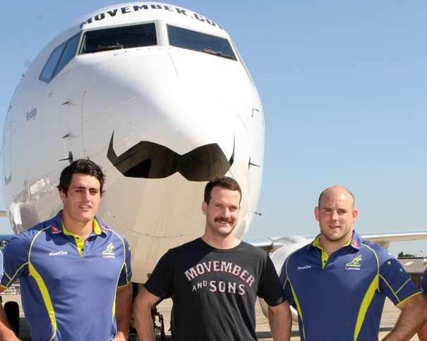 Miembros de la Selección de rugby de Australia llevando bigote en la presentación de un Boeing 737-800 de Qantas decorado para Movember 2011 https://es.wikipedia.org/wiki/Movember