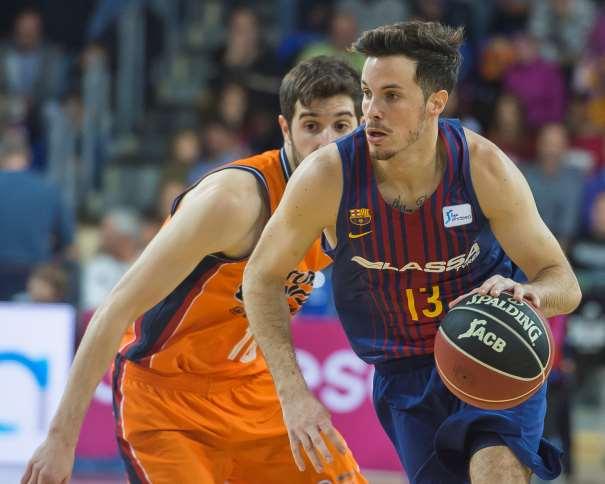 En esta foto, facilitad por la Liga ACB, por la Asociación de Clubes de Baloncesto, podemos ver a Thomas Heurtel superando a su Defensor con bote con su mano izquierda