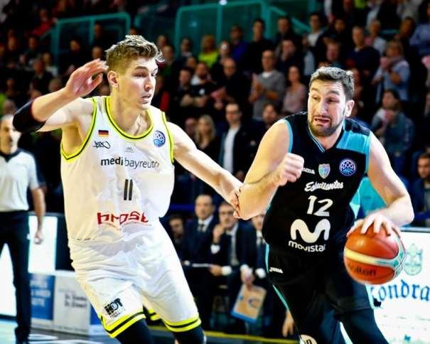 En esta foto, facilitada por la Basketball Champions League de la FIBA, de la Federación Internacional de Baloncesto, podemos ver al MVP del Partido, Goran Suton, tratando de irse de su defensor, con bote, con mano izquierda