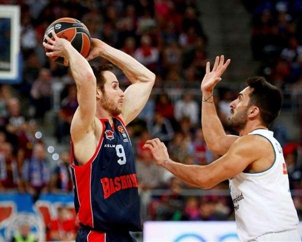 En esta foto, facilitada por la EuroLiga de Baloncesto, podemos ver a Marceliño Huertas defendido por el Base del Madrid, Facundo Campazzo, con el balón encima de su cabeza, buscando un pase a 2 manos a alguno de sus compañeros del Baskonia