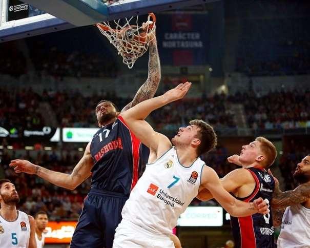En esta foto, facilitada por la EuroLiga de Baloncesto, podemos ver a Vincent Poirier, Jugador del Baskonia, haciendo un Mate ante el Madrid, con su mano derecha