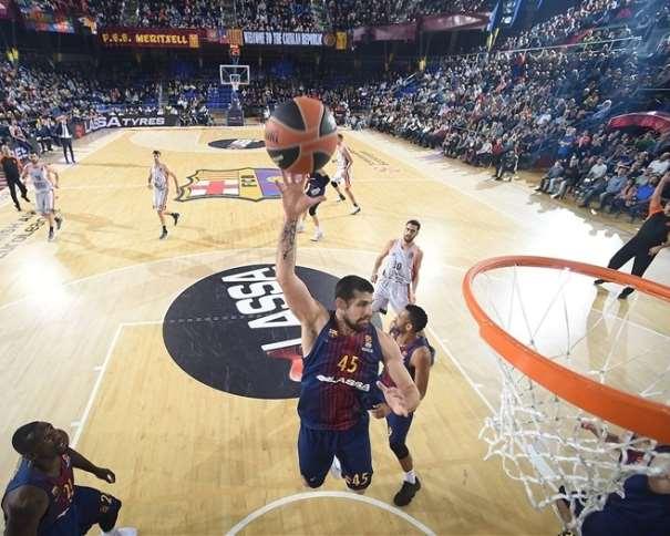 En esta foto, facilitada por la EuroLiga de Baloncesto, podemos ver a Adrien Moerman en el momento justo en el que va a capturar un rebote en defensa, sin oposición alguna por parte de ningún jugador (atacante) del València