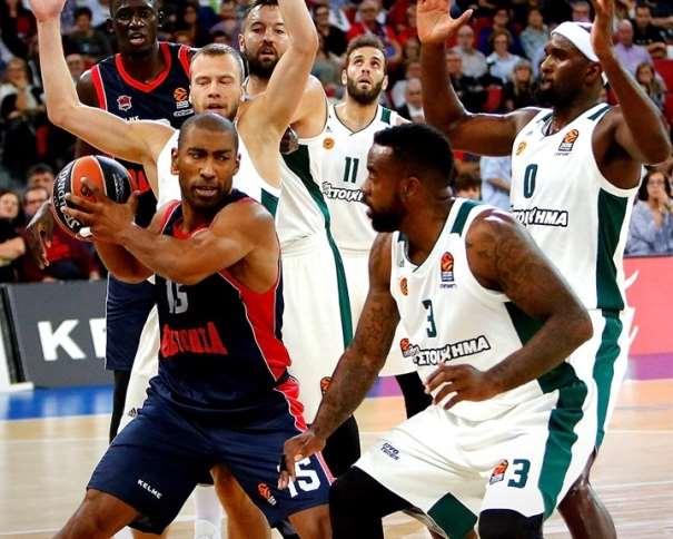 En esta foto, facilitada por la Euroliga de Baloncesto, podemos ver a Jayson Granger rodeado por 4 defensores mientras que el quinto también está atento a la evolución de la jugada