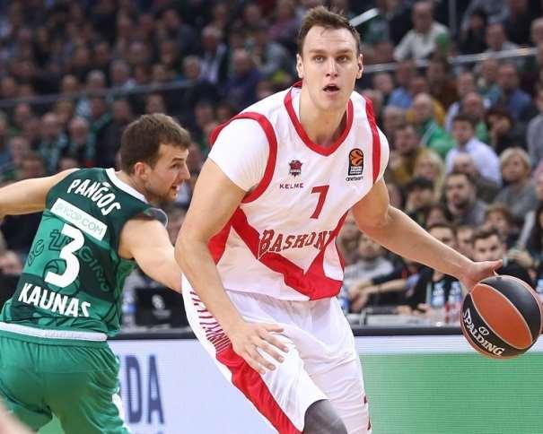 En esta foto, facilitada por la EuroLiga de Baloncesto, podemos ver a Johannes Voigtmann, Jugador del Baskonia, en Kaunas, superando a un Jugador del Equipo Rival, con bote, con mano izquierda