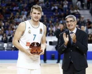 En esta foto, facilitada por la EuroLiga de Baloncesto, podemos ver a Luka Dónchitch recibiendo el trofeo como MVP del mes de octubre