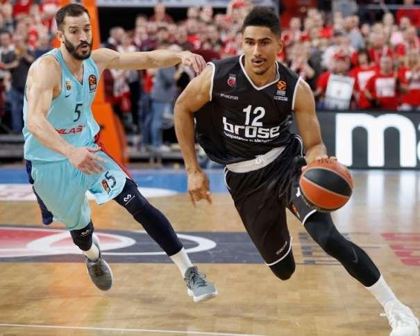 En esta foto, facilitada por la EuroLiga de Baloncesto, podemos ver a Maodo Lo Superando a Pau Ribas, con bote, con mano izquierda