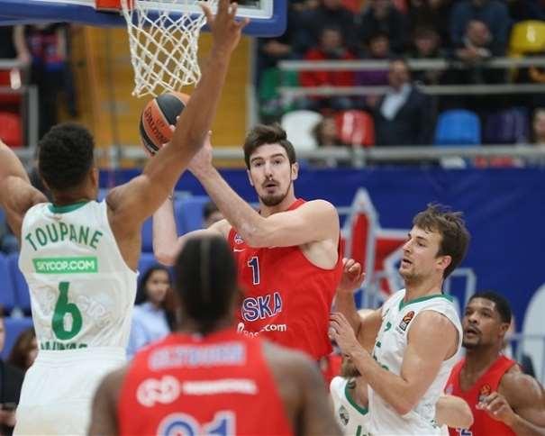 En esta foto, facilitada por la Euroliga de Baloncesto, podemos ver al MVP de la Quinta Jornada, Nando de Colo, en una acción de juego debajo de canasta, rodeado por 2 Defensores