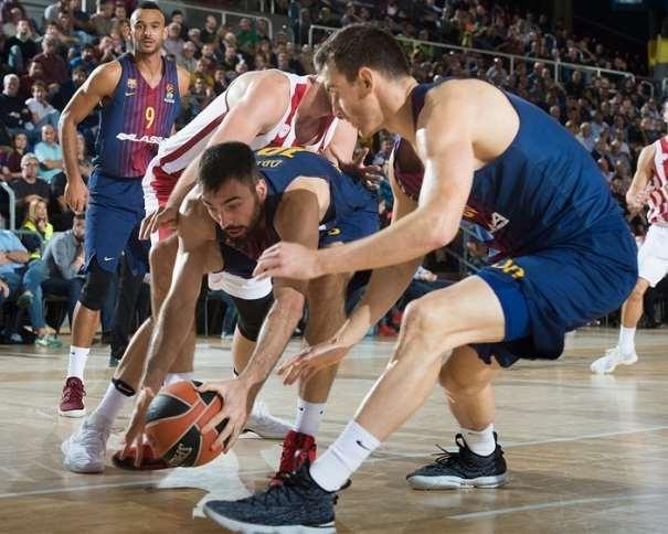 En esta foto, facilitada por la Euroliga de Baloncesto, podemos ver al MVP del Barcelona en la Quinta Jornada, Pierre Oriola, recuperando un balón suelto por el suelo, con ambas manos