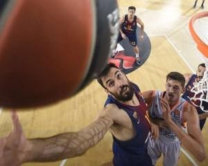 En esta foto, facilitada por la EuroLiga de Baloncesto, podemos ver al català Pierre Oriola en el momento justo en el que va a capturar un rebote en defensa, ganándoselo a Tibor Pleiss, pívot alemán del València