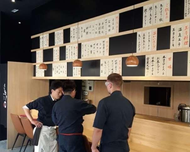 En esta foto, tomada de la web oficial del Restaurante Tori-key de Madrid, podemos ver a Hiroshi Kobayashi junto a un par de colegas, en la barra, con la carta (en japonés) sobre sus cabezas