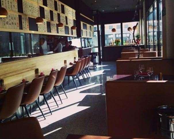 En esta foto, tomada de la web oficial del Restaurante Tori-key de Madrid, podemos ver una visión de, aproximadamente, la mitad del Restaurante, de la mitad de su entrada, con mesas y con barra