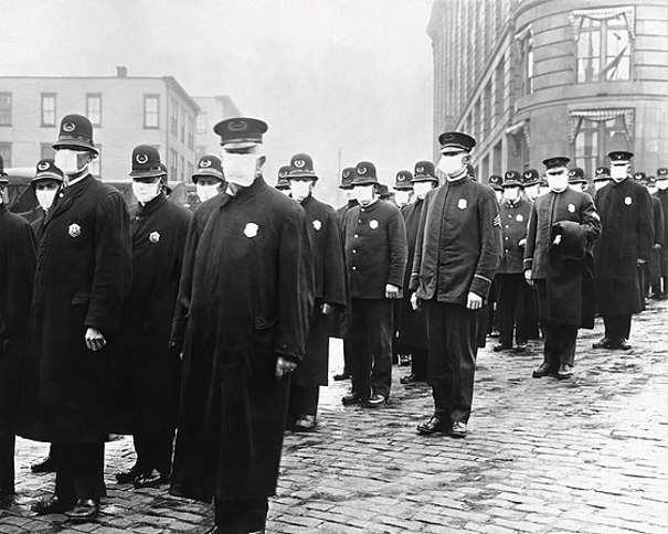 """""""Policías preparados para actuar en medio de la pandemia en Seattle, Estados Unidos."""" (De File:165-WW-269B-25-police-l.jpg, Dominio público, https://commons.wikimedia.org/w/index.php?curid=88908241)"""