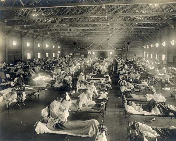 Emergency hospital during influenza epidemic, Camp Funston, Kansas. Emergency hospital during influenza epidemic (NCP 1603), National Museum of Health and Medicine. Description: Beds with patients in an emergency hospital in Camp Funston, Kansas, in the midst of the influenza epidemic. The flu struck while America was at war, and was transported across the Atlantic on troop ships. Date: circa 1918 Photo ID: NCP 1603 Source Collection: OHA 250: New Contributed Photographs Collection, Otis Historical Archives, National Museum of Health and Medicine. Rights: No known restrictions upon publication, physical copy retained by the National Museum of Health and Medicine. Publication and high resolution requests should be directed to NMHM (www.medicalmuseum.mil). This is our most-requested flu photograph. It may be on another or our Flickr pages. De Otis Historical Archives, National Museum of Health and Medicine - Emergency hospital during influenza epidemic (NCP 1603), National Museum of Health and Medicine.https://www.buckscountycouriertimes.com/news/20190923/mxfctter-museum-to-mark-historic-influenza-pandemic/1, Dominio público, https://commons.wikimedia.org/w/index.php?curid=25513204